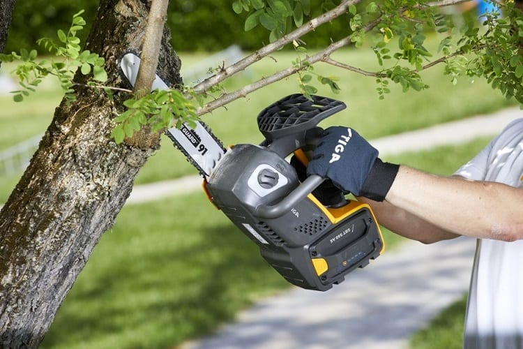WHAT'S BETTER, A 20V OR 40V BATTERY FOR ELECTRIC CHAINSAWS?